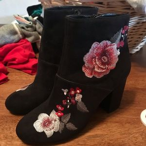American Eagle Rose floral embroidered black boots